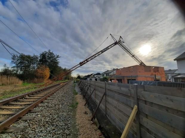 Spoorverkeer onderbroken door omgevallen torenkraan