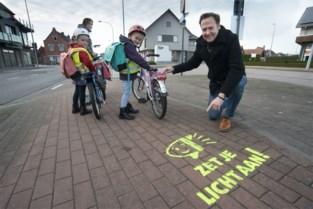 Street tags vragen fietsers om licht aan te steken