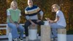 """Jen (17) maakt tafeltjes uit boomstammen: """"Wat zouden we anders doen tijdens corona?"""""""