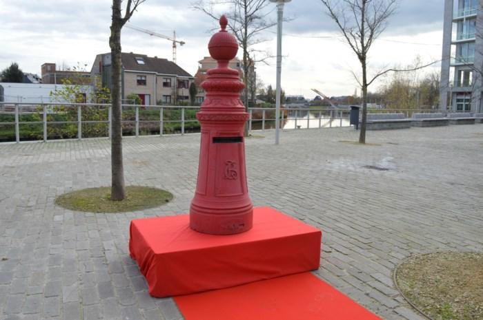 Sinterklaas tovert magische postbus naast gemeentehuis
