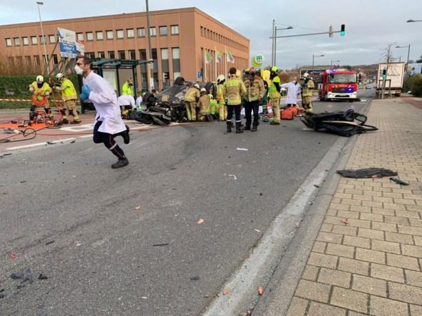 Twee zwaargewonden bij spectaculaire crash met vier voertuigen