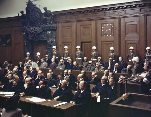 Het naziproces dat de wereld schokte: hoe Hitlers topmannen neurotisch en onderuitgezakt de Holocaust weglachten