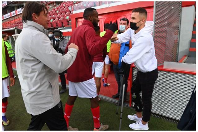 Zinho Vanheusden komt op zijn krukken Standard aanmoedigen