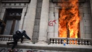 Betogers steken parlement Guatemala in brand