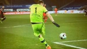Doelman van Bayer Leverkusen gaat Thibaut Courtois achterna met onwaarschijnlijke blunder na terugspeelbal