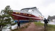 Gestrande ferry met meer dan 400 opvarenden naar Finse haven gesleept
