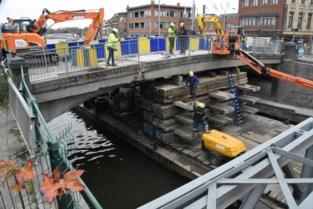 Bouwvallige voetpaden van Bospoortbrug geknipt en weggehaald