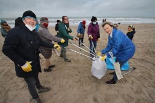 Koorleden ruimen strand op (want zingen mogen ze toch niet)