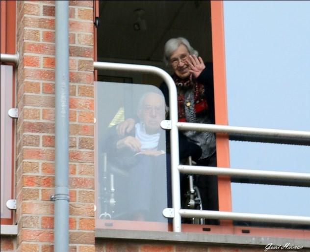 Paula werd 90 in coronatijd: serenade en spandoek onder balkon woonzorgcentrum
