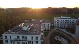 Vrijwilligers installeren 520 zonnepanelen op daken van woon-zorgcentra