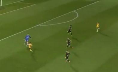 Oostende-doelman imiteert blunder van Marc-André ter Stegen maar wordt gered door verdediger
