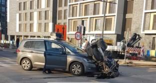 Motorrijder gewond na zware crash in zone dertig