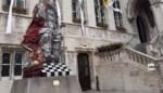 """Verboden op de trap voor het stadhuis te zitten: """"Een trap dient daar niet voor"""""""