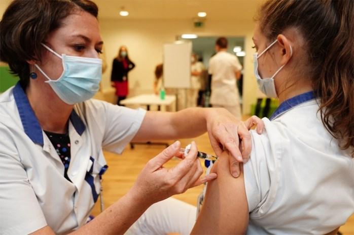 Honderden medewerkers van ziekenhuis krijgen prik tegen griep, in afwachting van coronavaccin