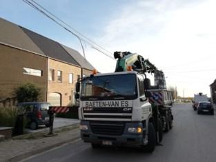 Kraan rukt elektriciteitskabels stuk in Hombeek