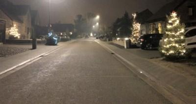 Het begon met een lichtje op de stoep van Els, maar nu baadt de hele straat er al in kerstsfeer