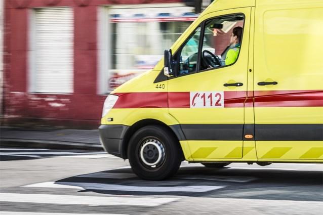 Automobilist rijdt tegen geparkeerde wagen in Maasmechelen