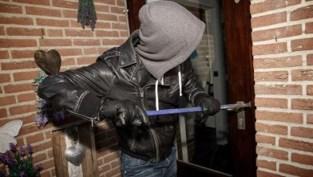 Buurtbewoner betrapt inbrekers en jaagt hen al roepend weg