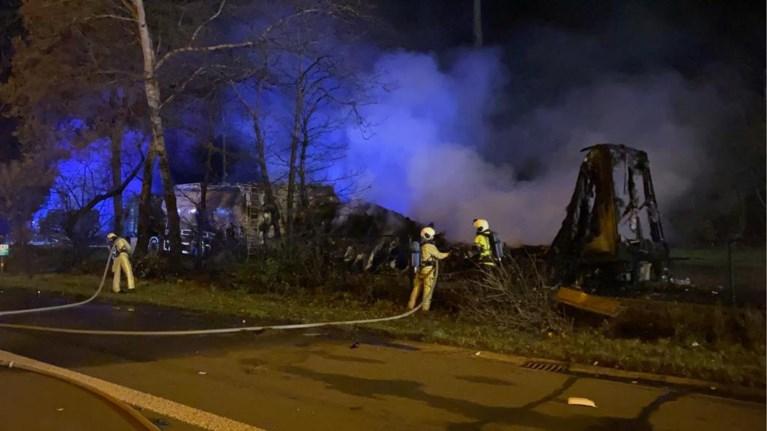 Drie vrachtwagens branden uit na zwaar ongeval op E34: geknelde chauffeur komt om het leven