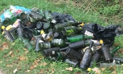 Tientallen lege flessen gedumpt in graskant