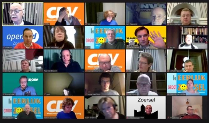 """Getergde voorzitter gemeenteraad neemt live ontslag: """"Dit is een kleuterklas"""""""