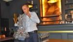 Zonder pottenkijkers lukt het wel: Sebastien vestigt wereldrecord en draagt veertig glazen op één hand