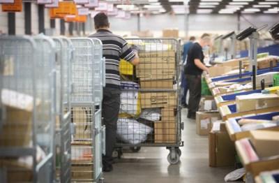 De pakjes-tsunami: één miljoen leveringen per dag doen postbedeling kraken in haar voegen