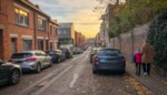 """Helft parkeerplaatsen moet verdwijnen voor bredere stoepen, maar dat zint niet alle buren: """"We willen eigenlijk alleen een nieuwe asfaltlaag"""""""