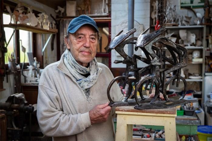 """Op bezoek bij de kunstenaar die de trofee van onze Flandrien maakt: """"Ik vraag me altijd af: waar gaan ze terechtkomen?"""""""