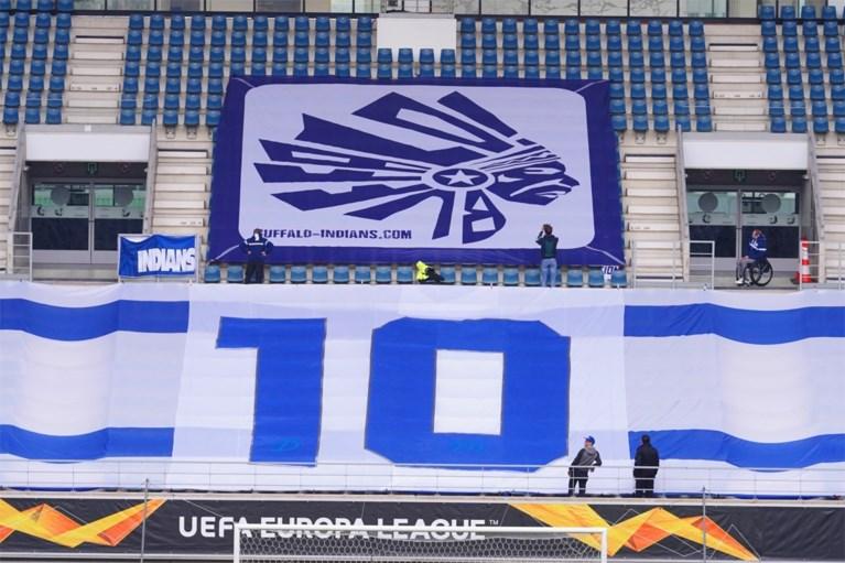 Diego Maradona geëerd met enorm spandoek in de Ghelamco Arena