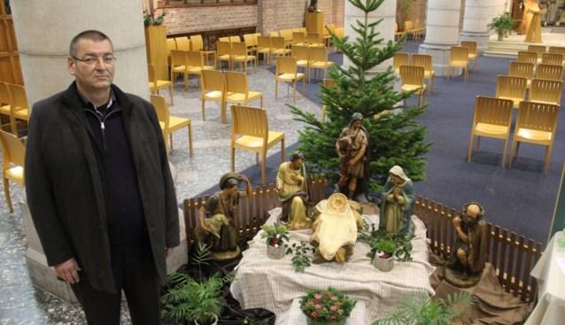 Geen echt kerstfeest, dus roept priester parochianen op om massaal kerststallen te zetten langs de weg