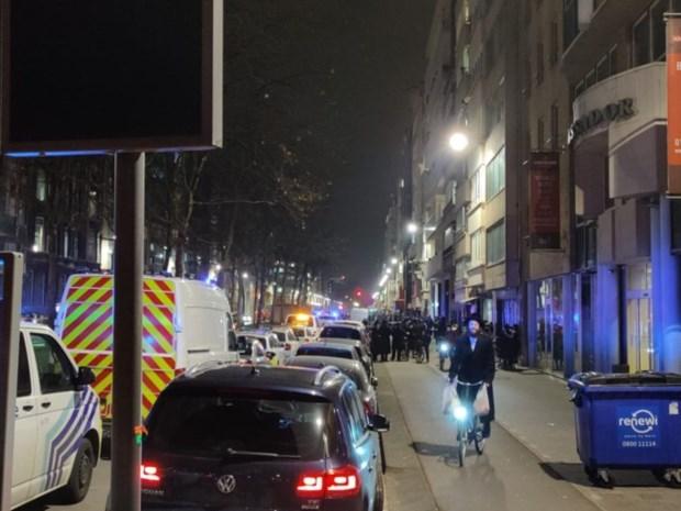 De politie die met slijpschijven binnenvalt in feestzaal: mag dat zomaar? En mag ze dat ook bij mij thuis?