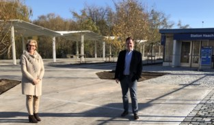 Een aangelegd plein en plaats voor fietsen: vernieuwde stationsomgeving in gebruik genomen