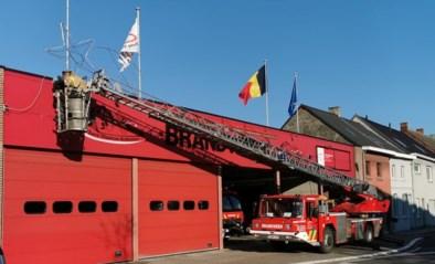 Brandweer hangt kerstverlichting aan kazerne