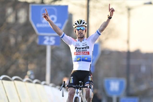 UITSLAG URBAN CROSS KORTRIJK. Eli Iserbyt wint na late uitval, Wout van Aert bij terugkeer in veldrijden meteen derde
