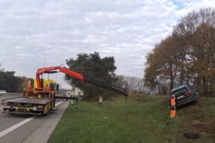 Auto belandt in berm van E313 in Beringen