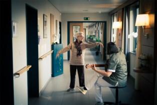 """Balletjuf Hedwig (79) met alzheimer leeft op bij gitaarmuziek: """"Dan straalt ze"""""""