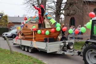 Sinterklaas op een rijdende boot door bosgemeente