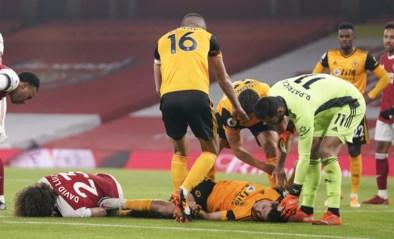 Wolverhampton-spits Jimenez blijft minutenlang bewegingloos liggen na keiharde botsing