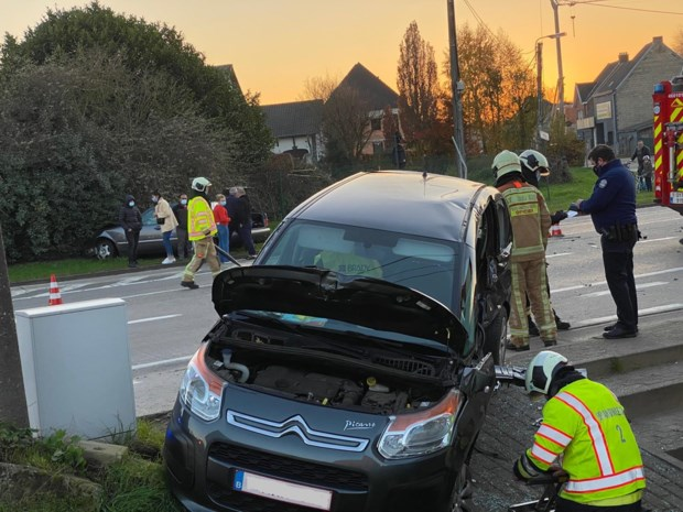 Ouder koppel gewond na botsing met auto