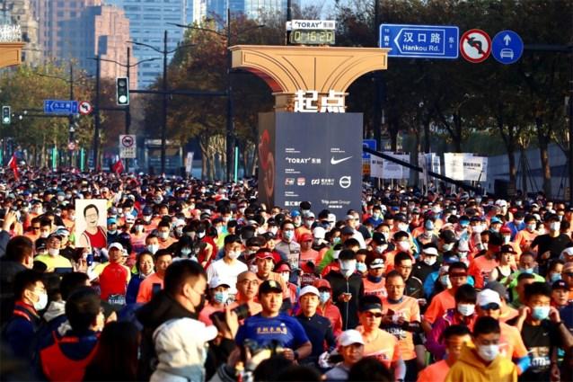 9.000 lopers op marathon van Shanghai: allemaal vooraf negatief getest, sommigen de hele wedstrijd met mondmasker