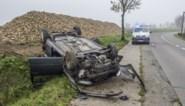 Wagen over de kop, chauffeur lichtgewond