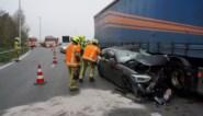 Zware crash in beruchte bocht: automobilist botst eerst tegen takelwagen en belandt daarna in flank van truck