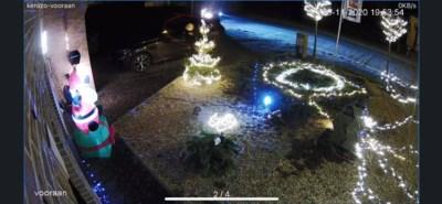 Duidelijk geen fan van Kerstmis: jongeren vernielen kerstversiering aan huizen en speeltuigen
