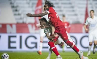 Scheidsrechter fluit geen penalty nadat Dieumerci Mbokani neergaat in de zestien. Terecht?