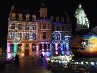 Lichtpad kronkelt door Halle
