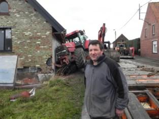 """Tractor kantelt tegen pas gerenoveerde woning: """"Anderhalf jaar lang is al onze vrijetijd hierin opgegaan"""""""