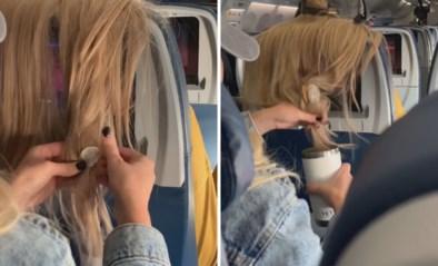 Vliegtuigpassagier plakt kauwgom in haar van vrouw omdat haar lokken voor schermpje hangen