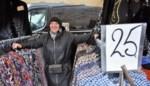 """Kledingkraam weer welkom op markt: """"Klanten kopen om mij een plezier te doen"""""""