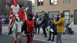 Sinterklaas rijdt te paard door Moelingen en 's-Gravenvoeren